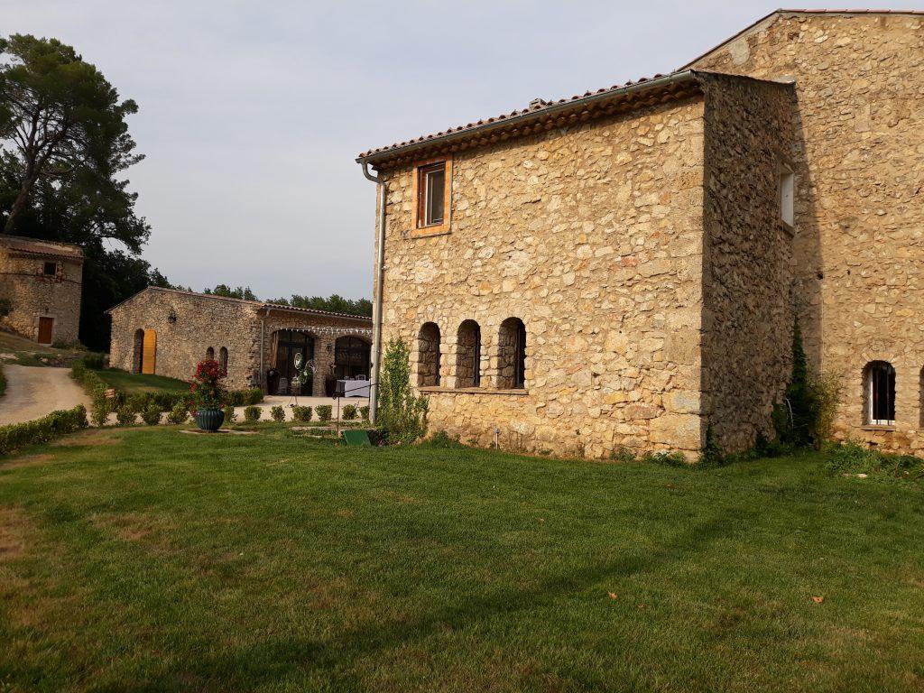 domaine de la Rotonde, mur en pierre ensoleillé