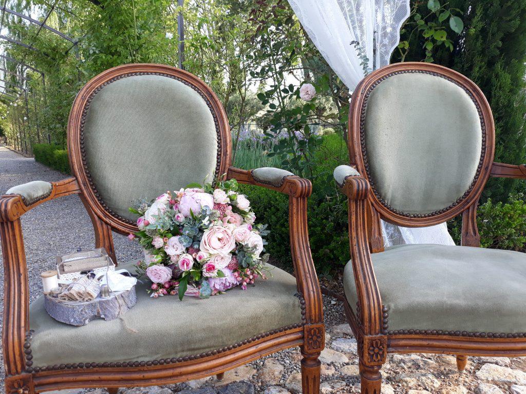 fauteuils velours vert olivier avec bouquet de mariée rond et support des alliances