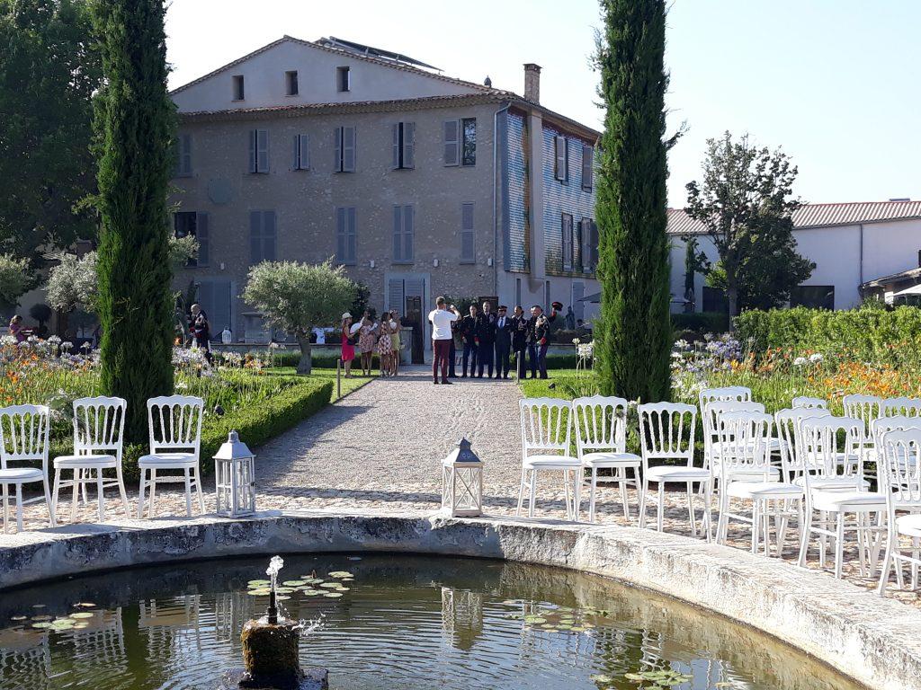 domaine St Julien la CELLE, espace cérémonie autour d'une fontaine